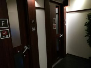 ワンツーカラオケの個室扉
