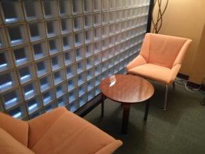 アパホテル内のソファー