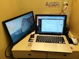 机でPC作業