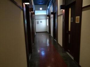 三郷店カラオケフロアの通路2