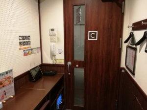 ワンツーカラオケのドア