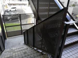 2Fから1Fへ降りる階段