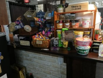 お菓子とカップラーメンの販売