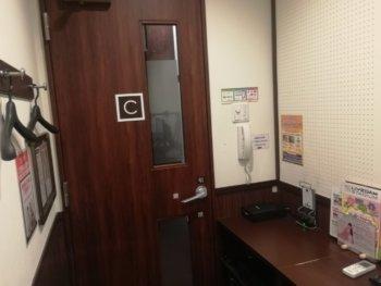 ワンツーカラオケの部屋の扉