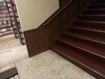 快活クラブ16号浜野店の階段付近