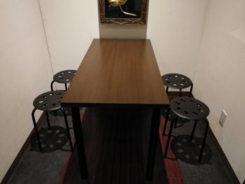 カラオケブースのテーブル